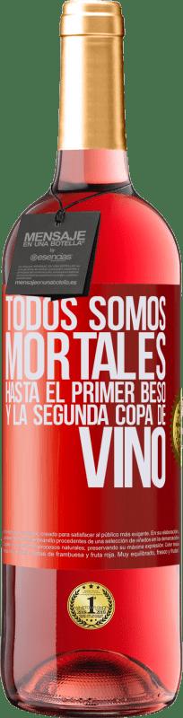 24,95 € Envío gratis | Vino Rosado Edición ROSÉ Todos somos mortales hasta el primer beso y la segunda copa de vino Etiqueta Roja. Etiqueta personalizable Vino joven Cosecha 2020 Tempranillo