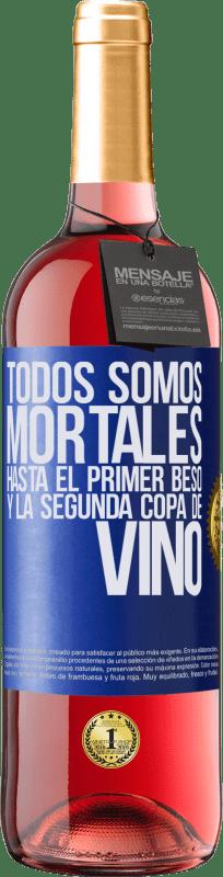 24,95 € Envío gratis | Vino Rosado Edición ROSÉ Todos somos mortales hasta el primer beso y la segunda copa de vino Etiqueta Azul. Etiqueta personalizable Vino joven Cosecha 2020 Tempranillo
