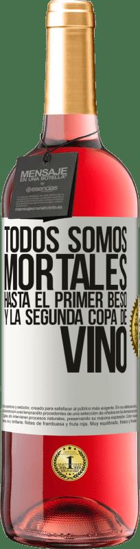24,95 € Envío gratis | Vino Rosado Edición ROSÉ Todos somos mortales hasta el primer beso y la segunda copa de vino Etiqueta Blanca. Etiqueta personalizable Vino joven Cosecha 2020 Tempranillo