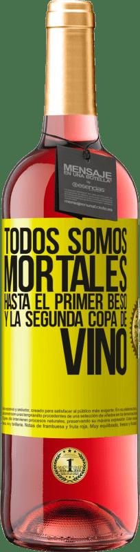 24,95 € Envío gratis | Vino Rosado Edición ROSÉ Todos somos mortales hasta el primer beso y la segunda copa de vino Etiqueta Amarilla. Etiqueta personalizable Vino joven Cosecha 2020 Tempranillo