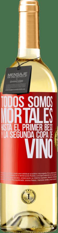 24,95 € Envío gratis | Vino Blanco Edición WHITE Todos somos mortales hasta el primer beso y la segunda copa de vino Etiqueta Roja. Etiqueta personalizable Vino joven Cosecha 2020 Verdejo