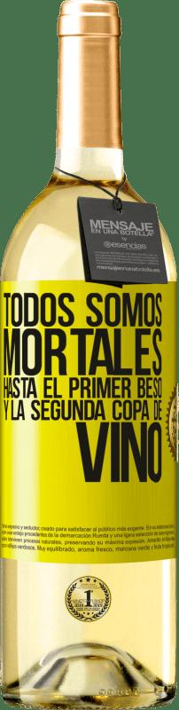 24,95 € Envío gratis | Vino Blanco Edición WHITE Todos somos mortales hasta el primer beso y la segunda copa de vino Etiqueta Amarilla. Etiqueta personalizable Vino joven Cosecha 2020 Verdejo
